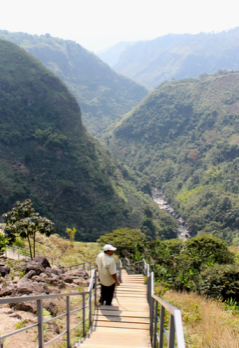 Hiking down to La Chaquira lookout during the horseback riding.