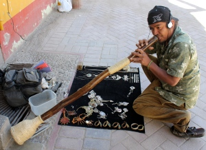 Huaraz artisans with jewelry and musical instruments.